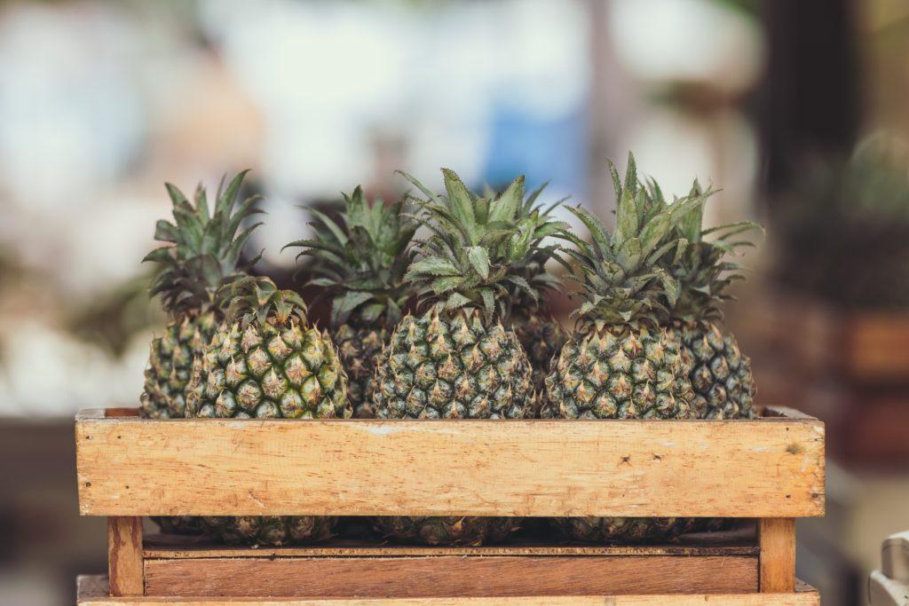 Ananas in einer Kiste