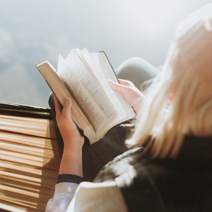 Bibellesen in der Hängematte