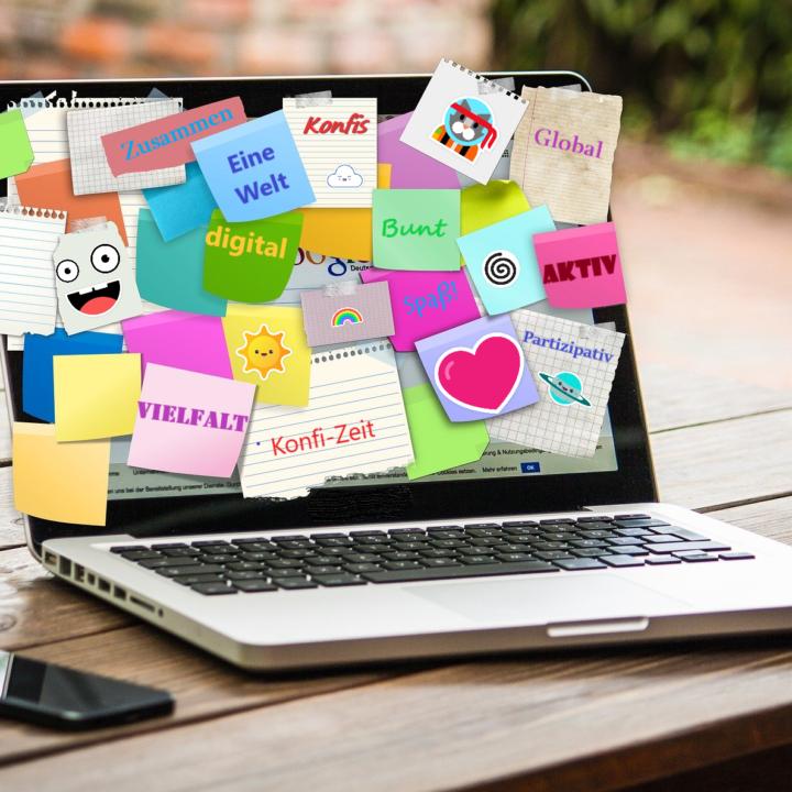 Laptop mit vielen bunten Post-Its zur Konfi-Arbeit.