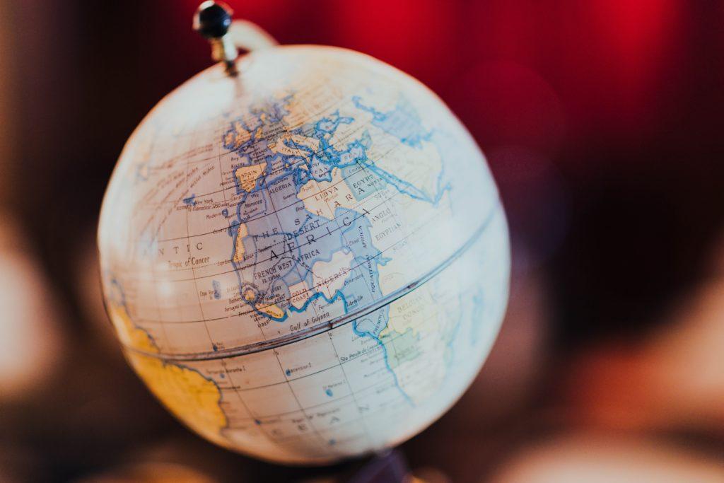Globus vor rotem Hintergrund