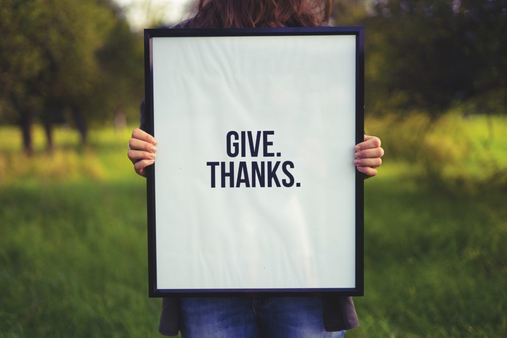 """Schild mit der Aufschrift """"Give Thanks"""""""