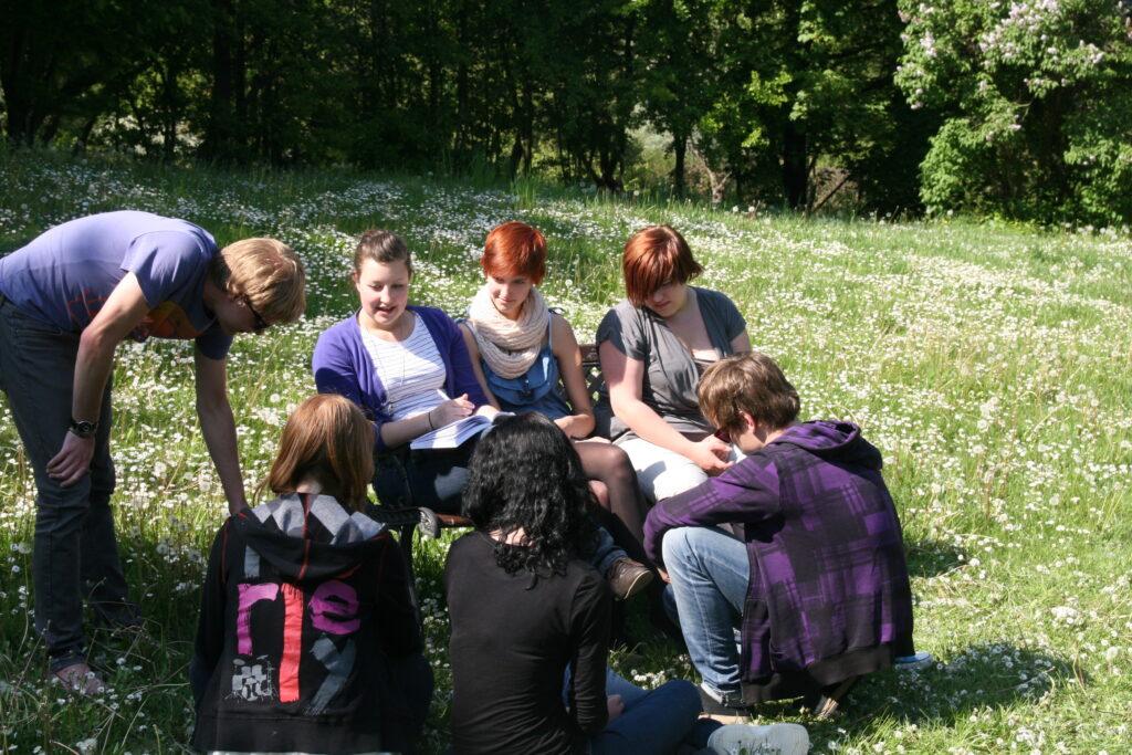 Seminargespräch im Freien. Foto: Matthias Steinbach