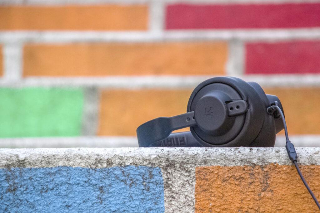 Kopfhörer auf einer bunten Mauer