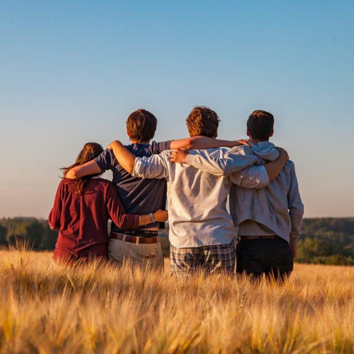 Junge Menschen im ländlichen Raum - Bild von Dim Hou auf Pixabay