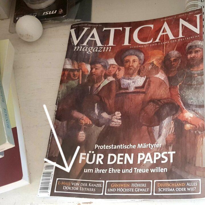 Tisch mit Ausgabe des Vatican Magazins