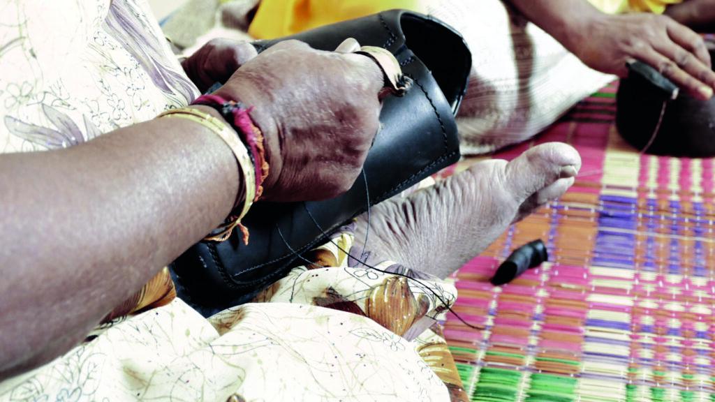 """Bild der Zeitschrift """"Briefe. Zur Orientierung im Konflikt Mensch – Erde"""", Nr. 136, Herbst 2020: Lederschuhproduktion in Indien in Heimarbeit. © SÜDWIND e. V."""